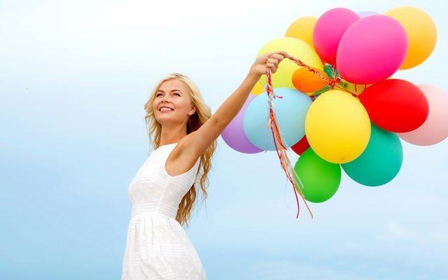 mutlu-kadin-renkli-balon